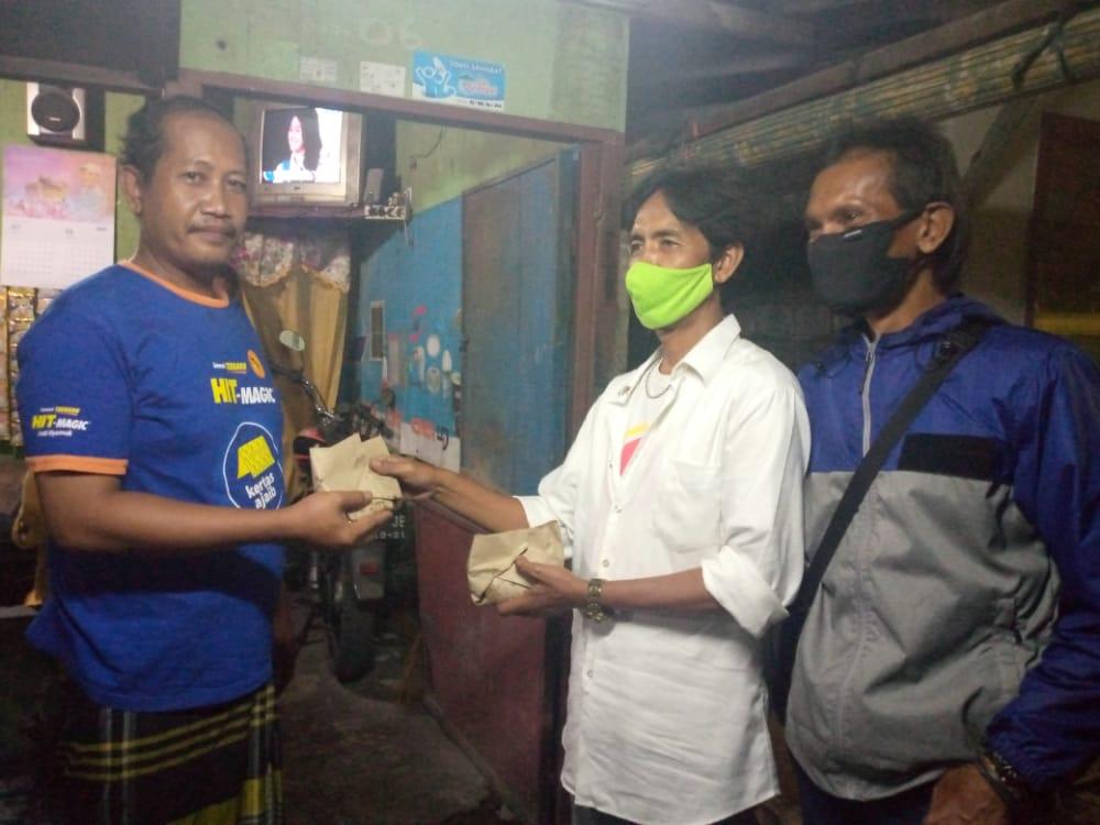 Aliansi Wartawan Surabaya Bagikan Nasi Bungkus di Masa Pandemi